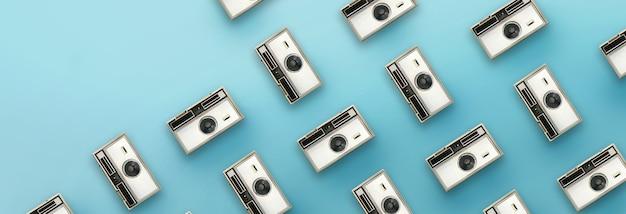 Padrão de câmera vintage sobre fundo azul.