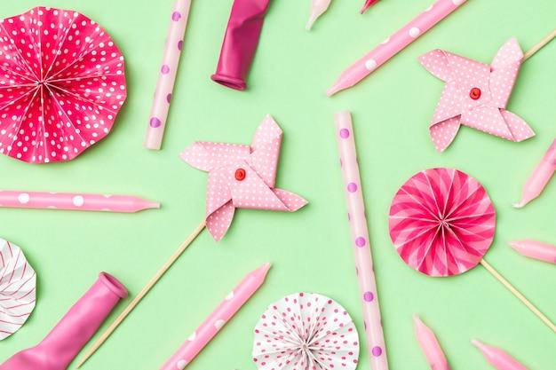 Padrão de celebração colorido com várias decorações para festas