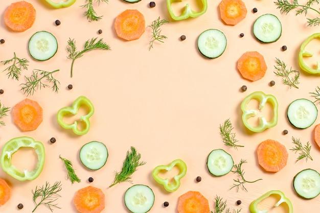 Padrão de comida com tomate cereja, cenoura, pepino, rabanete, verduras