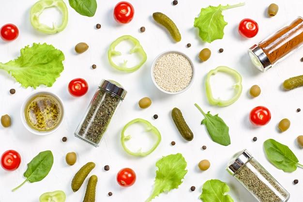 Padrão de comida com tomate cereja, pepino, verduras, pimenta e especiarias
