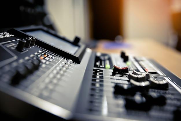 Padrão de controle deslizante de volume no mixer de som profissional.