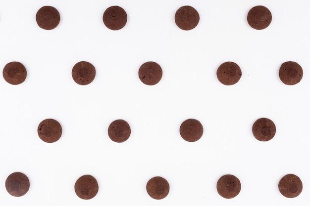 Padrão de cookies de chocolate vista superior na superfície escura