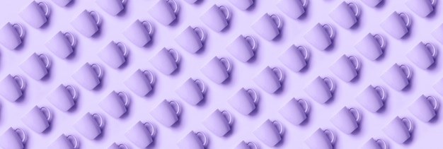 Padrão de copos sobre fundo de cor violeta na moda.