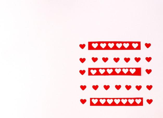 Padrão de corações românticos vermelhos em um fundo branco