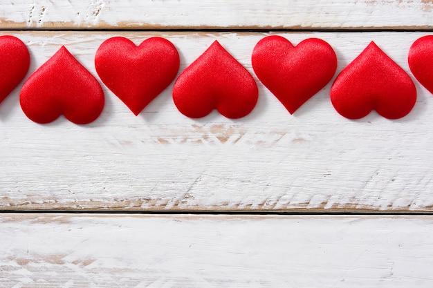 Padrão de corações vermelhos em branco, vista superior, copie o espaço
