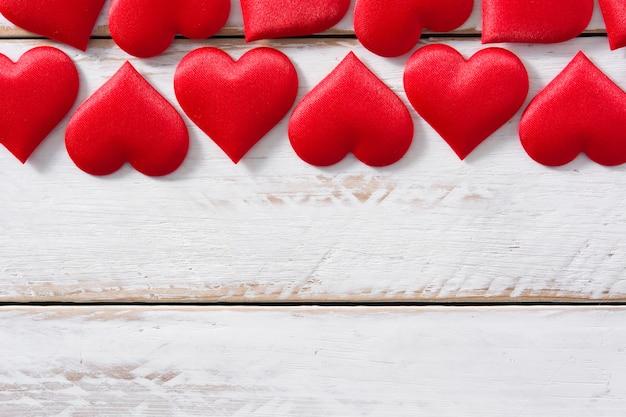 Padrão de corações vermelhos em branco vista superior copyspace