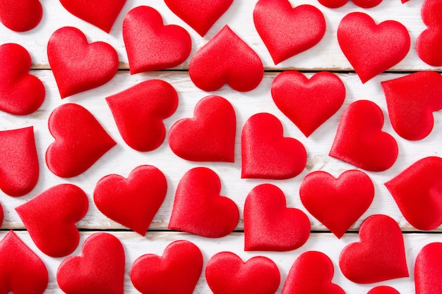 Padrão de corações vermelhos em branco, vista superior