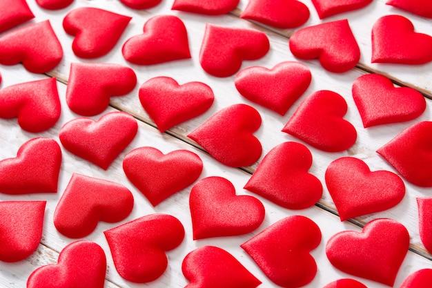 Padrão de corações vermelhos em branco