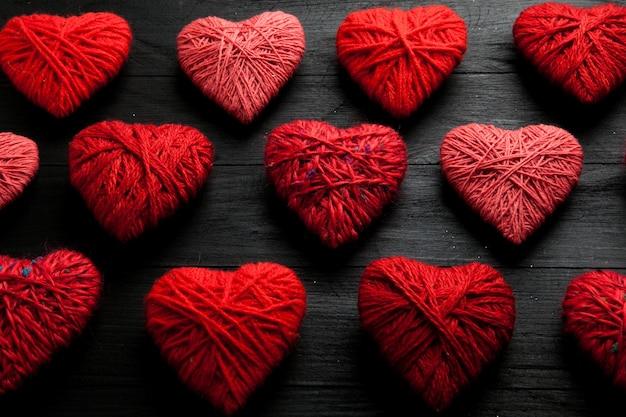 Padrão de corações vermelhos na mesa de madeira