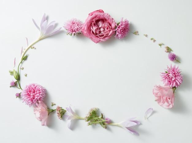 Padrão de coroa de armação redonda com botões de rosas, ramos e folhas