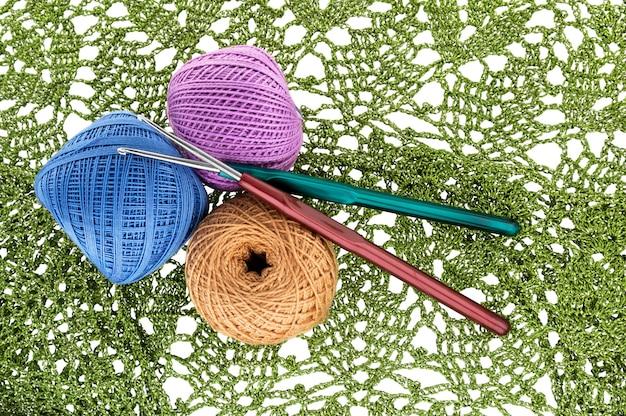Padrão de crochê, novelo de lã e agulha de crochê.