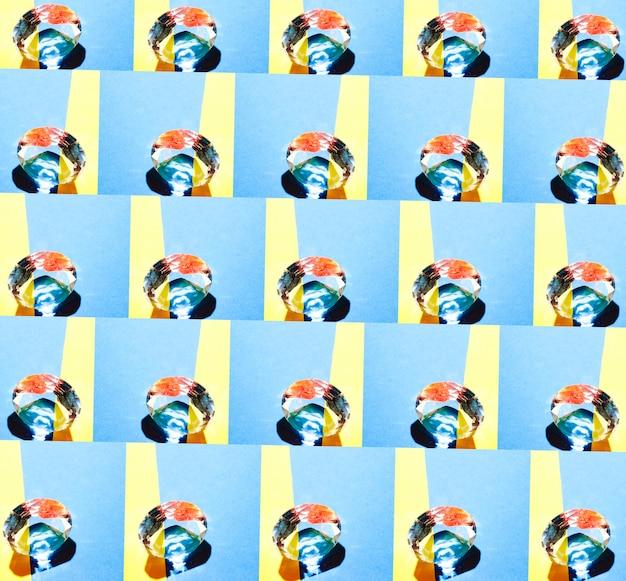 Padrão de diamante transparente no fundo azul e amarelo