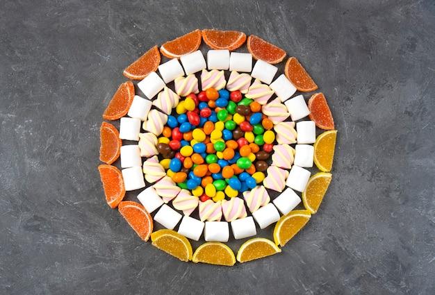 Padrão de doces, balas, marshmallows e marmelada. vista do topo.