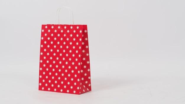 Padrão de estrela vermelha saco de compras vazio é isolado no espaço branco background.copy e sem pessoas.