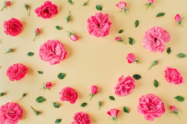 Padrão de flores rosa rosa em amarelo