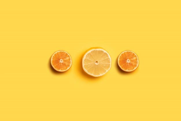 Padrão de frutas de verão tropical em fundo amarelo