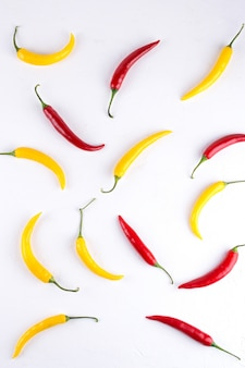 Padrão de fundo colorido vermelho e amarelo pimenta em branco