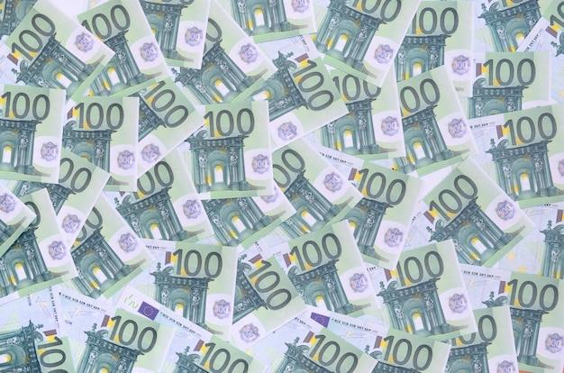 Padrão de fundo de um conjunto de denominações monetárias verdes de 100 euros