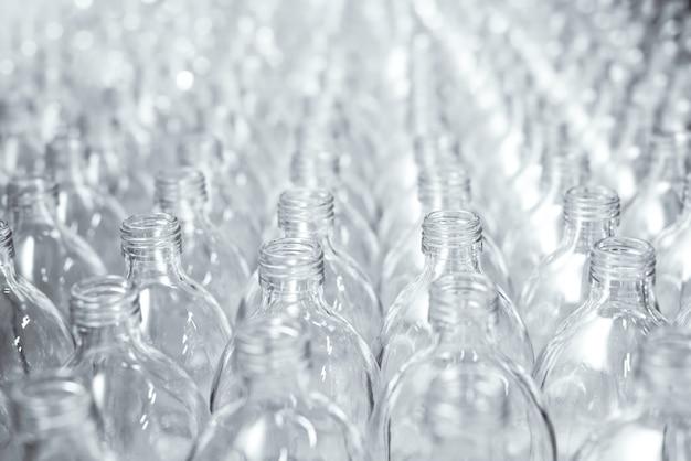 Padrão de garrafas de vidro transparente em uma fileira