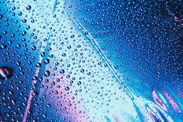 Padrão de gotas de água no fundo azul brilhante