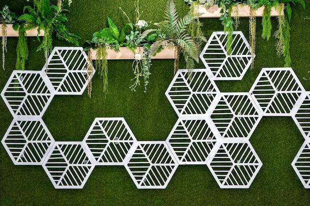 Padrão de hexágono branco em jardim vertical de artefato em algum lugar na tailândia