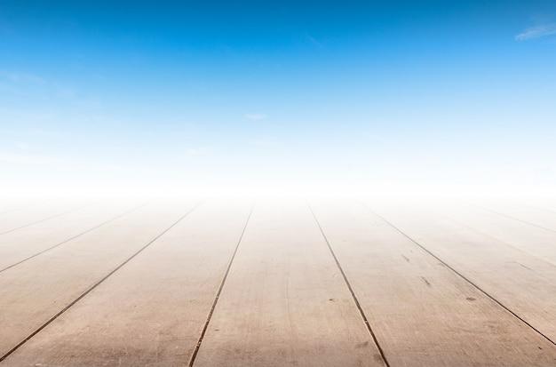 Padrão de madeira no fundo do céu azul