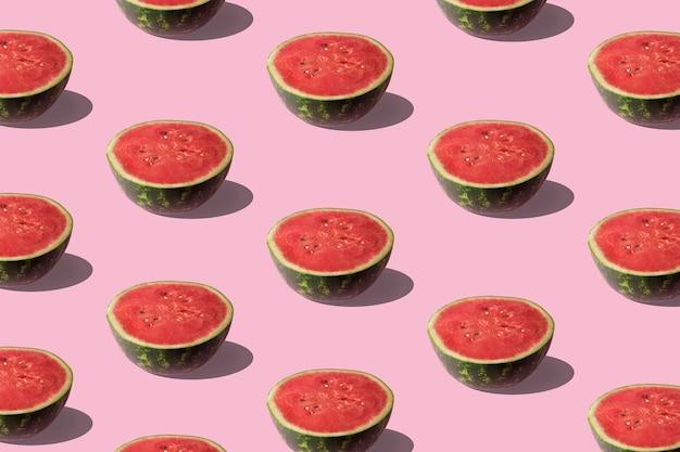 Padrão de melancia fatiada na superfície do rosa pastel.
