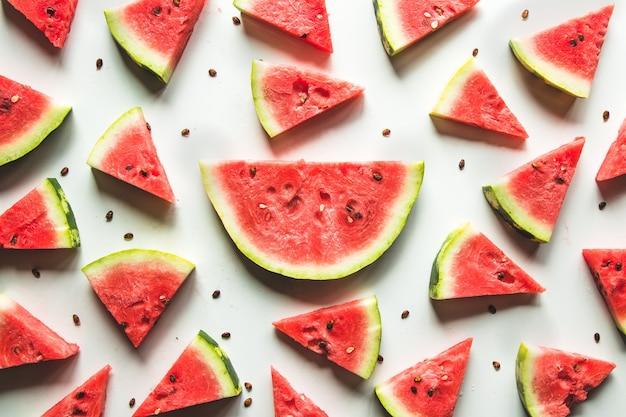 Padrão de melancia. melancia vermelha em fundo branco. conceito de verão.