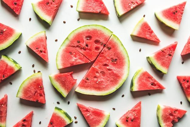 Padrão de melancia. melancia vermelha em fundo branco. conceito de verão. Foto Premium