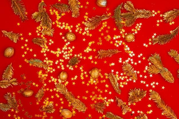 Padrão de natal de decorações do feriado em fundo vermelho