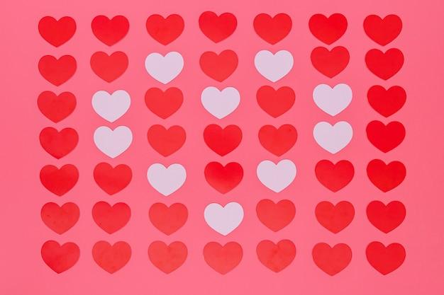 Padrão de pequenas corações vermelhos na rosa