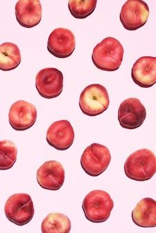 Padrão de pêssegos em fundo rosa pastel