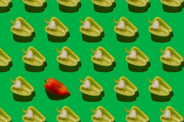 Padrão de pimentão búlgaro, tomate cereja e pepino em um fundo verde