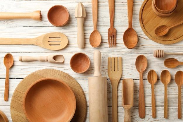 Padrão de pratos de madeira na mesa de madeira branca