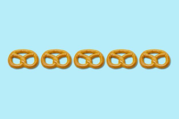 Padrão de pretzels em fundo azul