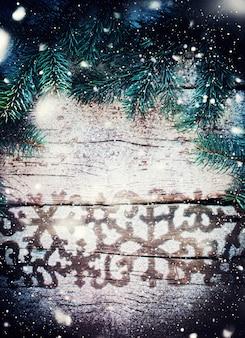 Padrão de rastreamento de inverno com neve em um fundo de madeira