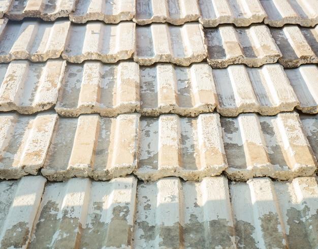 Padrão de telhas no telhado velho