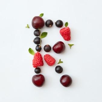 Padrão de verão da letra r do alfabeto inglês de frutas maduras naturais - groselha preta, cerejas