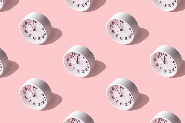 Padrão de verão luz do sol feito com relógio branco rosa