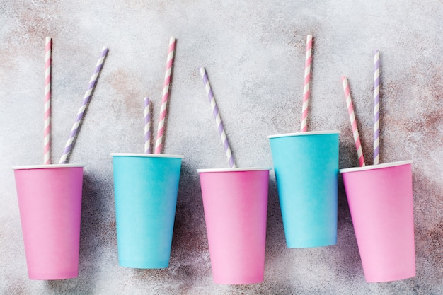 Padrão de xícara de café de papel rosa e azul na superfície da luz velha. postura plana.