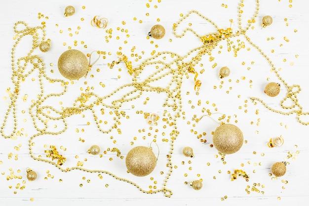 Padrão decorativo de bolas de brinquedo dourado de natal