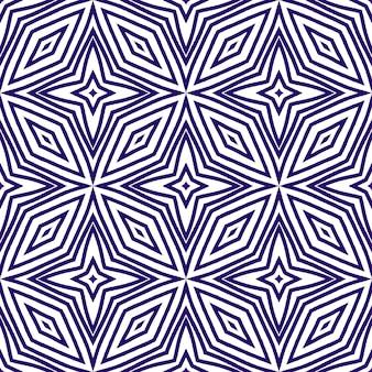 Padrão desenhado de mão listrado. fundo roxo caleidoscópio simétrico. repetindo a telha desenhada à mão listrada. impressão artística pronta para têxteis, tecido para biquínis, papel de parede, embrulho.