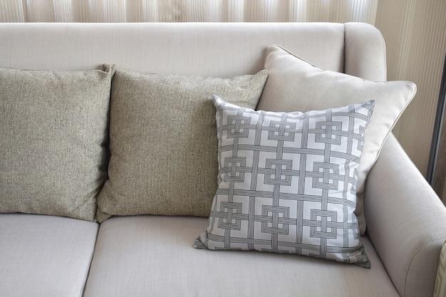 Padrão e textura almofadas no sofá bege na sala de estar