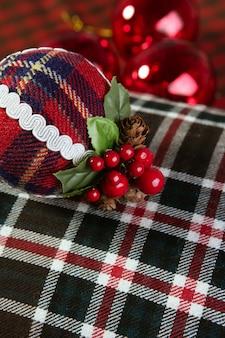 Padrão escocês de bola de decoração de natal