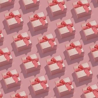 Padrão feito de caixas de presente rosa em superfície pastel