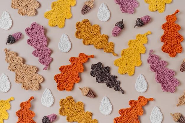 Padrão feito de folhas de carvalho de tricô. fundo de outono. clima de outono