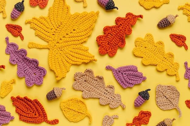 Padrão feito de tricô de folhas amarelas. fundo de outono. clima de outono