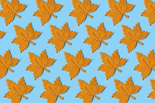 Padrão feito de tricô folhas de plátano. fundo de outono. clima de outono