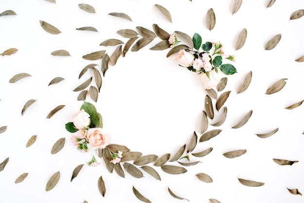 Padrão floral e coroa de flores com moldura redonda com rosas e folhas secas isoladas em branco