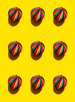 Padrão geométrico da esfera do arco-íris em um fundo amarelo brilhante, vista superior